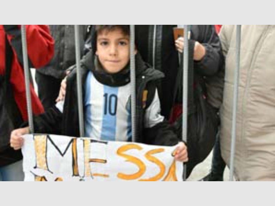d9fa42b13 Un pequeño fanático de Racing Club llora por la posible salida del jugador.   No quiero que lo vendan