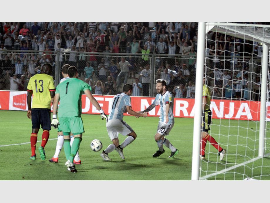VENGA ESE ABRAZO. Lionel Messi ya armó la jugada del tercer gol ante Colombia, que marcó Angel Di María y se prepara para saludarse junto con su comprovinciano. Argentina fue pura contundencia y sumó tres puntos clave apuntando al Mundial.