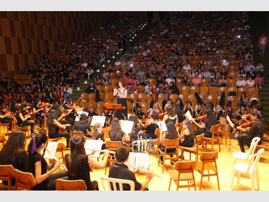 El canto coral dejó un cierre memorable con la intervención de todos los elencos en escena. La integración fue compacta entre alumnos de diferentes edades.