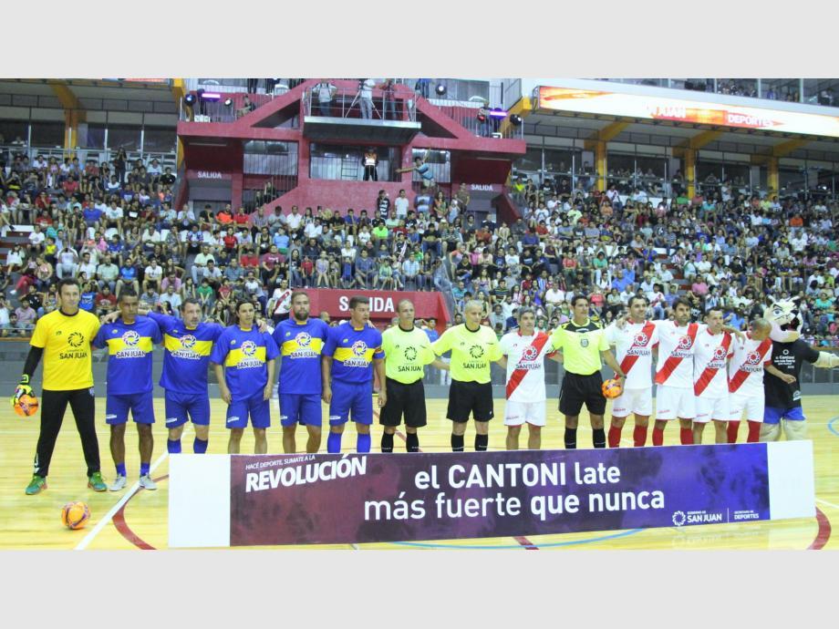 Juntos. Los planteles de Boca y River junto a los árbitros, con Castrilli como protagonista, posaron juntos para la imagen que quedará para el recuerdo.