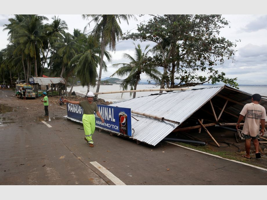 A passenger waiting shed is pictured after it was toppled by strong winds at the height of Typhoon Nock-Ten in Mabini, Batangas - Filipinas Tifón