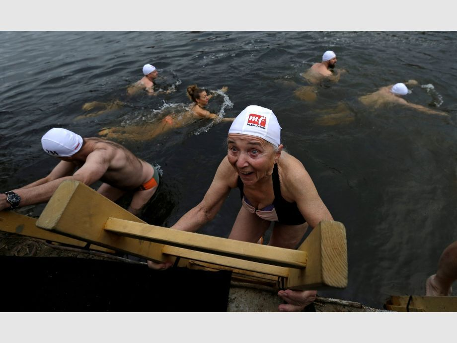 Swimmers participate in the annual Christmas winter swimming competition in the Vltava river in Prague - República Checa Natación