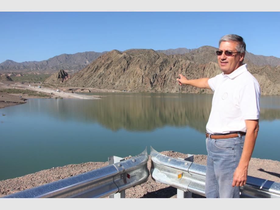 El ingeniero Omar Lucero, a cargo de la supervisión de la obra en Vialidad, en el primero de los miradores, desde donde se aprecia el embarcadero.