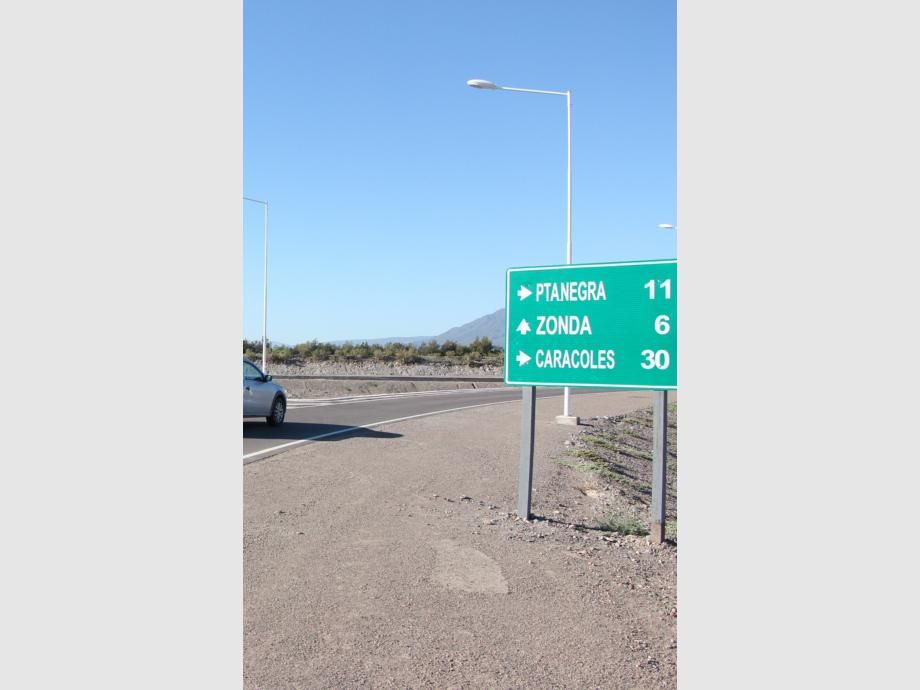 Tras la rotonda en la ex calle Las Moras, todo el camino está señalizado hasta Agua Negra.