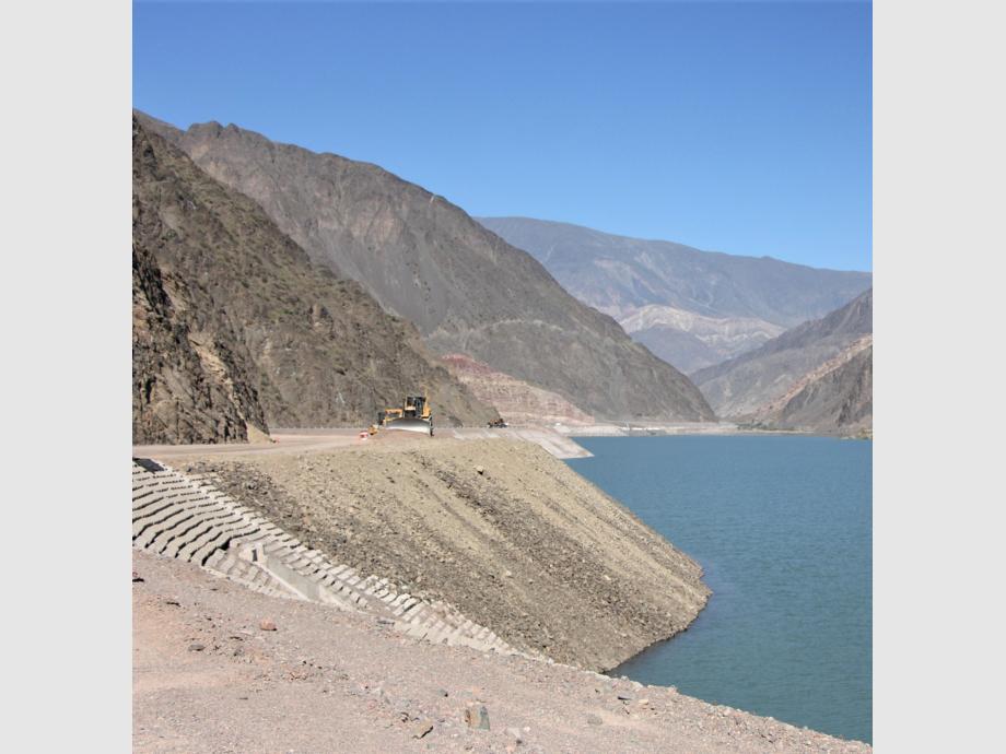 Bella: La ruta serpentea por varios kilómetros el lago del dique Punta Negra. A diferencia de otros, esta represa es alargada y no apta para bañarse porque no tiene playas.
