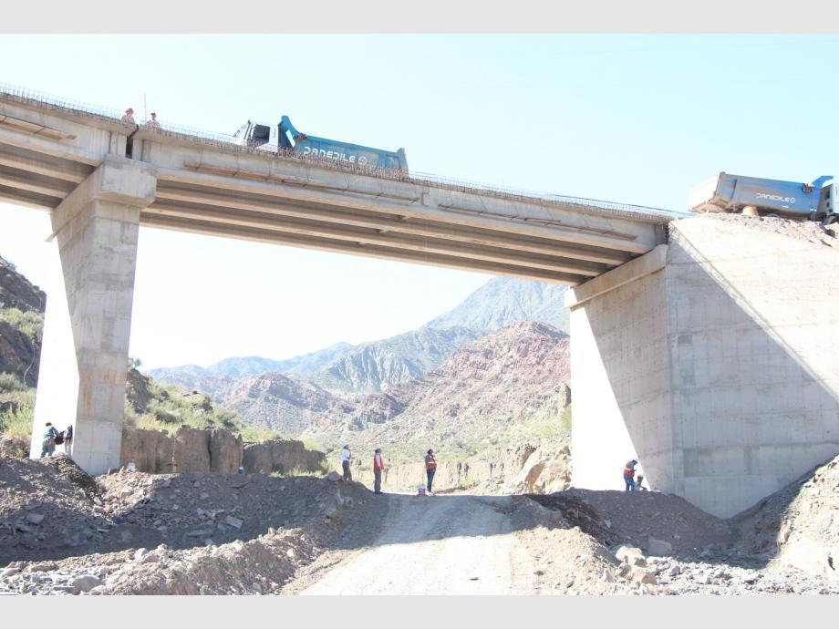 Obra: los puentes en total son siete, sumados a 70 alcantarillas. Este, de 100 metros, está siendo sometido a las pruebas viales.