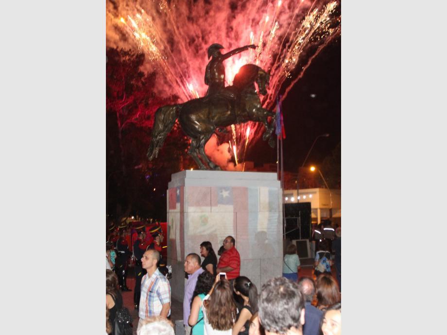 El prócer, iluminado  Al finalizar el acto de apertura, hubo un show de fuegos artificiales. Por como estuvo organizado el escenario este año, dio la sensación de que las luces iluminaban a San Martín.