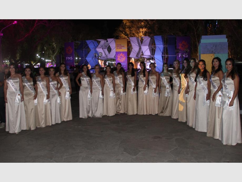 Bellezas doradas. Las 19 aspirantes a la corona de la fiesta, estuvieron en el sector Oeste del escenario. Las chicas llegaron temprano y posaron para las cámaras. Luego recorrieron todo el predio.