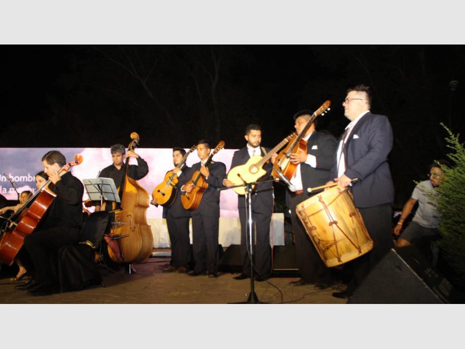 Momento emotivo  Las Guitarras del Sol se lucieron en la apertura cuando sus acordes se entremezclaron con los de Atahualpa Yupanqui. Se trata de jóvenes músicos sanjuaninos reunidos especialmente para la fiesta.