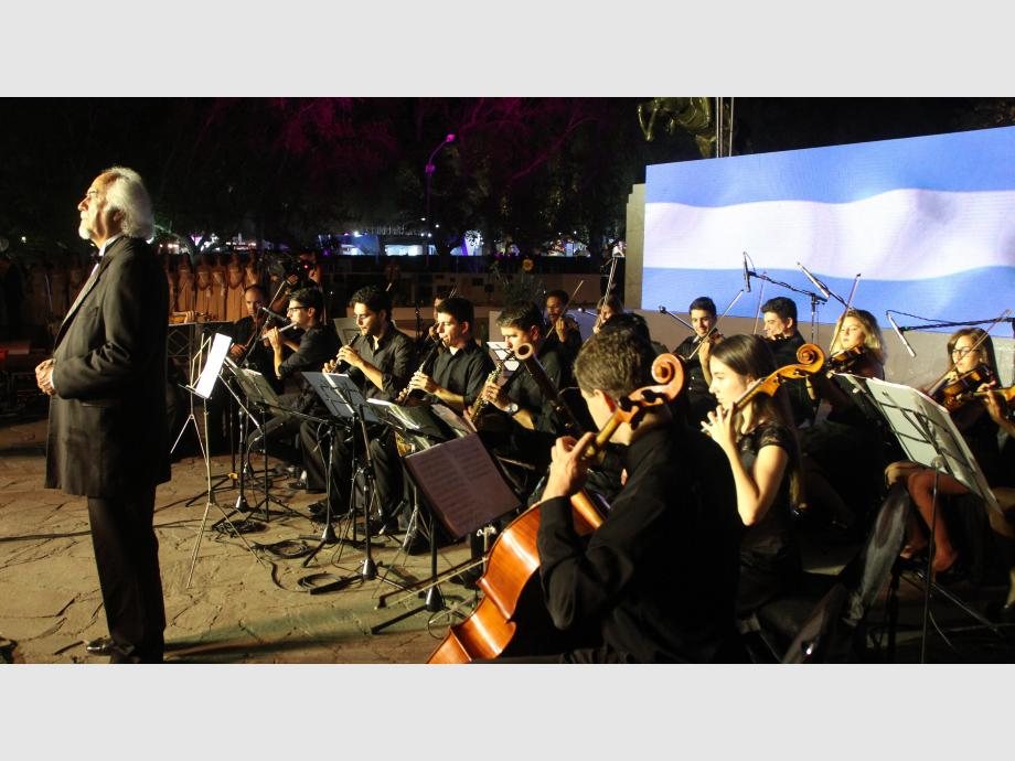 El Himno, imponente  La voz de Ricardo Ochoa penetró todos los rincones. El hombre interpretó el Himno Nacional, acompañado por la Camerata San Juan. Fue uno de los momentos imperdibles de la fiesta.