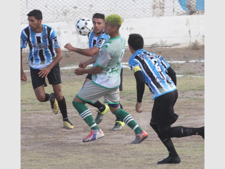 Goleador. Paulo Oballes, con un teñido ad-hoc a la camiseta verdolaga, maniobra ante la marca de Heraldo Vargas. Arbol Verde volvió a imponer su sello en el Barrio Cabot.