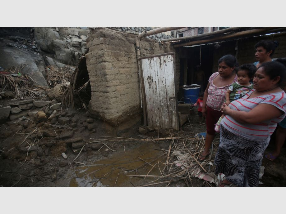 People look at their home damaged by rainfall and flood  in Laredo district of Trujillo - People look at their home damaged by rainfall and flood  in Laredo district of Trujillo, northern Peru, March 15, 2017. REUTERS/Douglas Juarez  EDITORIAL USE ONLY. NO RESALES. NO ARCHIVES. - NARCH - Trágicos aludes en Perú
