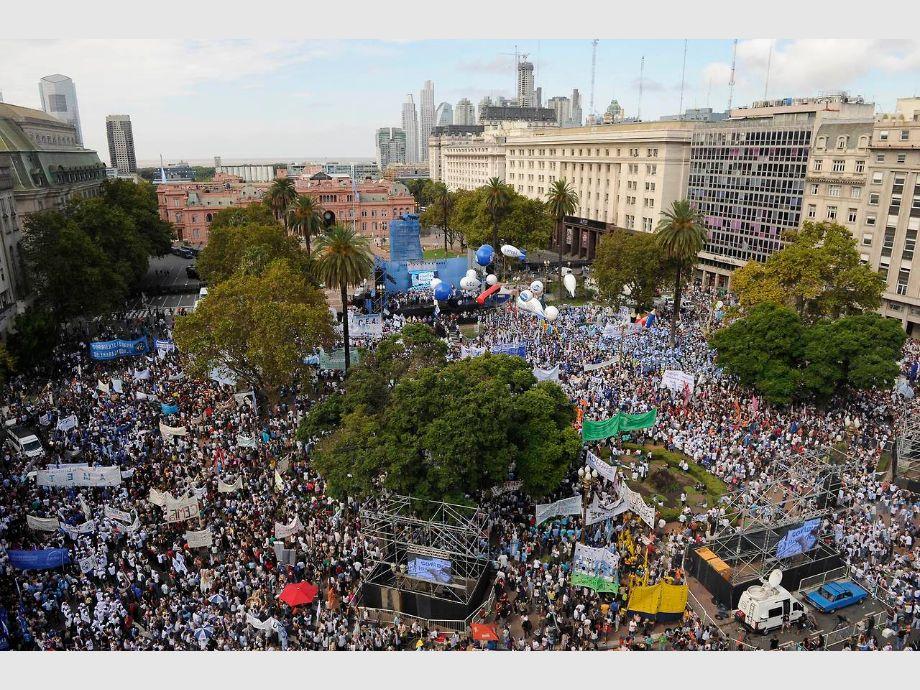Masiva marcha de docentes a plaza de mayo diario de cuyo for Plazas docentes 2017