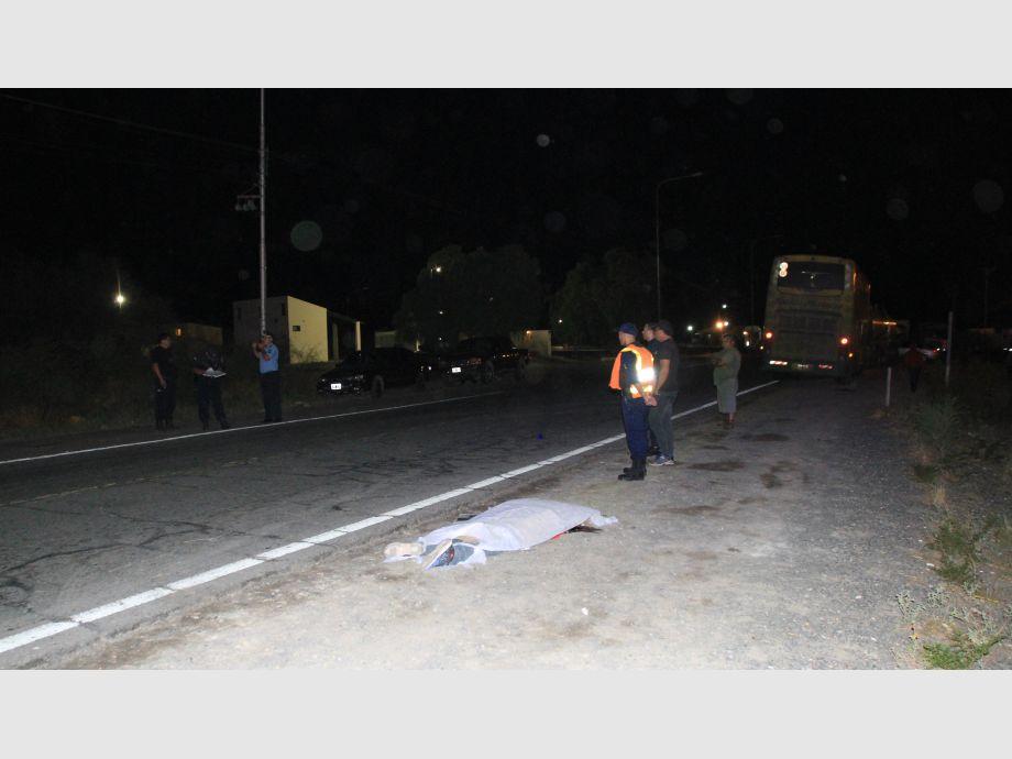 IMPACTO MORTAL. El cuerpo de Néstor Darío Fernández quedó tendido en la banquina luego de ser embestido por el camión. En tanto, el conductor de ese rodado quedó detenido. - Difunta Correa Accidente
