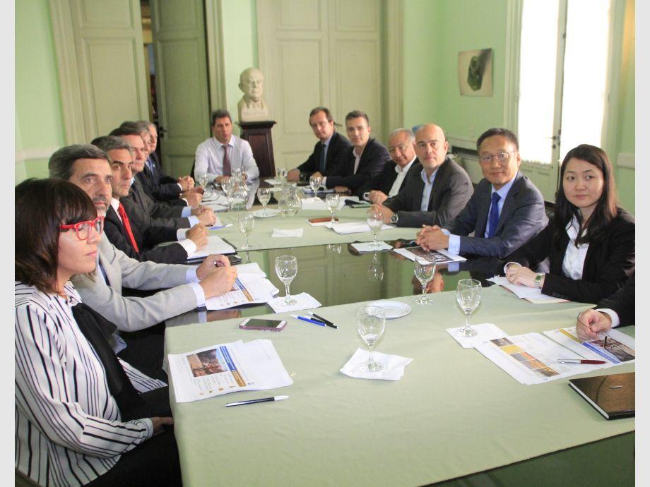 Reunión. El gobernador Uñac, en la cabecera de la mesa, coordinó el encuentro entre los representantes oficiales y de los empresarios mineros que tuvo lugar en la Casa de San Juan. - Barrick Gold