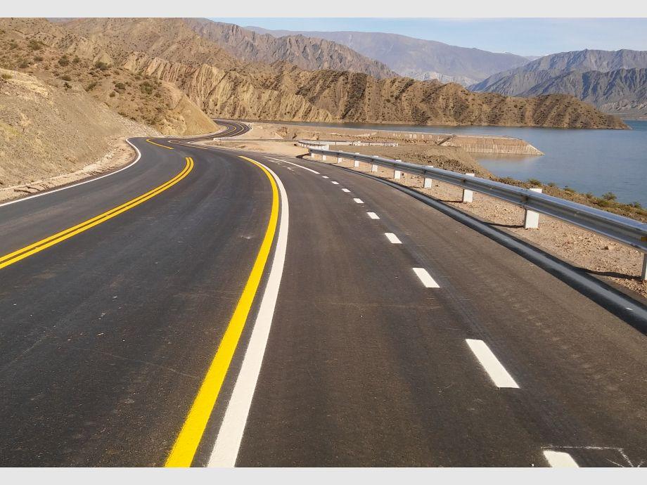 Belleza. El paisaje de la Ruta Interlagos combinará lo imponente de los cerros con la belleza de los lagos. La obra comenzó a construirse en 2013 y tuvo un costo total de 780 millones de pesos.  - Megaobra Ruta Interlagos