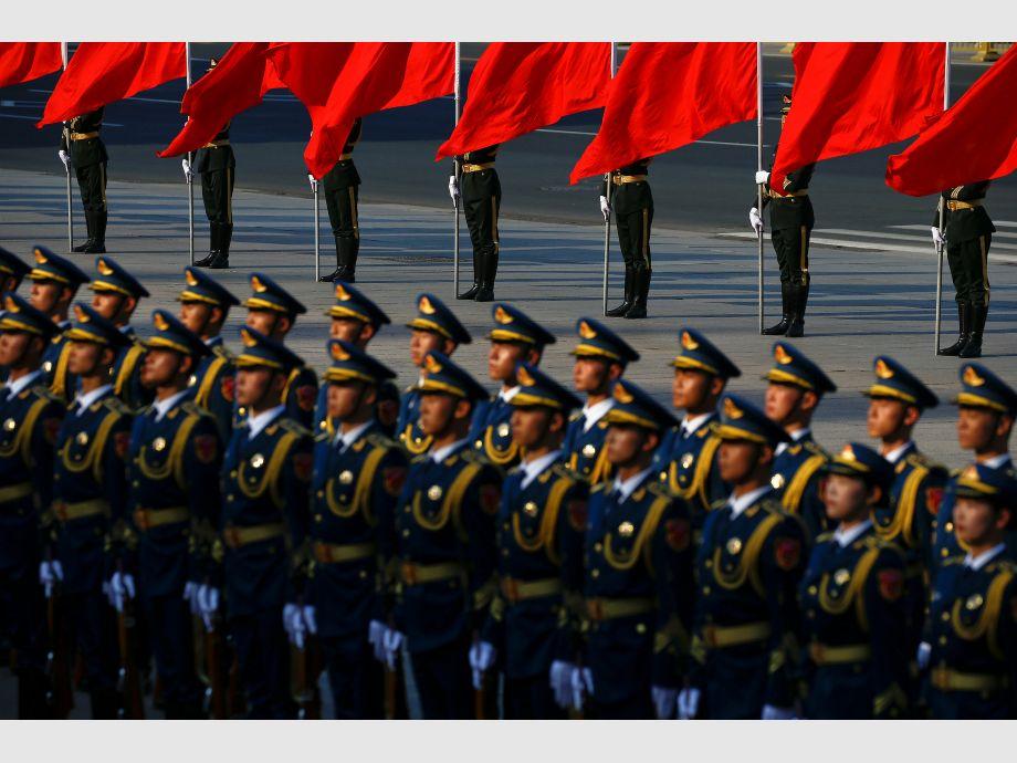 Honour guards prepare for a welcoming ceremony for Argentina - Gira asiática de Macri