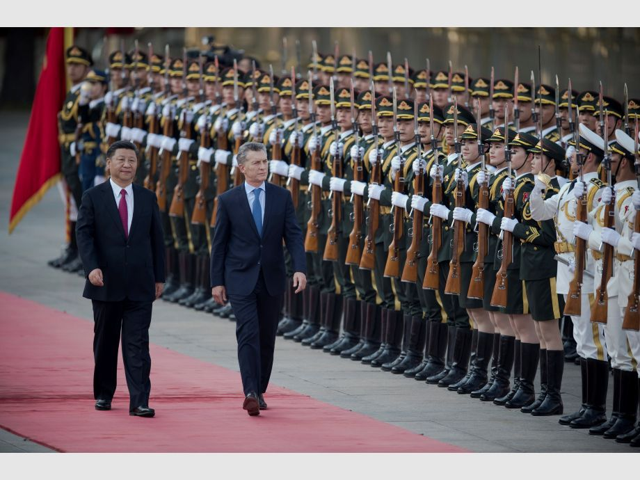 Argentine President Mauricio Macri walks with Chinese President Xi Jinping during a welcome ceremony outside the Great Hall of the People in Beijing - Gira asiática de Macri