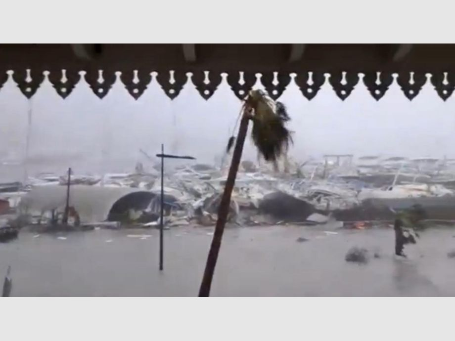 General view of half-submerged vehicles, boats and debris in the flooded harbour as Hurricane Irma  hits the French island territory of Saint Martin - General view of half-submerged vehicles, boats and debris in the flooded harbour as Hurricane Irma  hits the French island territory of Saint Martin September 6, 2017, in this video grab made from footage taken from social media.  Mandatory credit RCI GUADELOUPE/Handout via REUTERS   ATTENTION EDITORS - THIS IMAGE HAS BEEN SUPPLIED BY A THIRD PARTY. NO RESALES. NO ARCHIVE. REUTERS IS UNABLE TO INDEPENDENTLY VERIFY THE AUTHENTICITY, CONTENT, LOCATION OR DATE OF THIS IMAGE. - 3TP MNDTY NARCH/NARCH30 - Huracán Irma