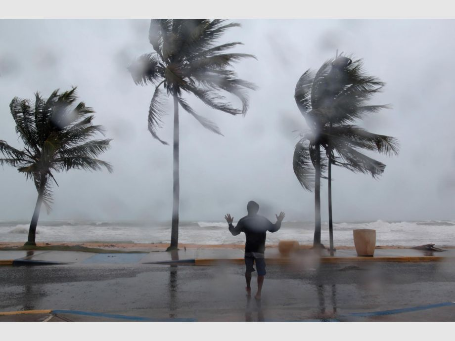 A man reacts in the winds and rain in Luquillo as Hurricane Irma slammed across islands in the northern Caribbean - A man reacts in the winds and rain as Hurricane Irma slammed across islands in the northern Caribbean on Wednesday, in Luquillo, Puerto Rico September 6, 2017.  REUTERS/Alvin Baez - Huracán Irma