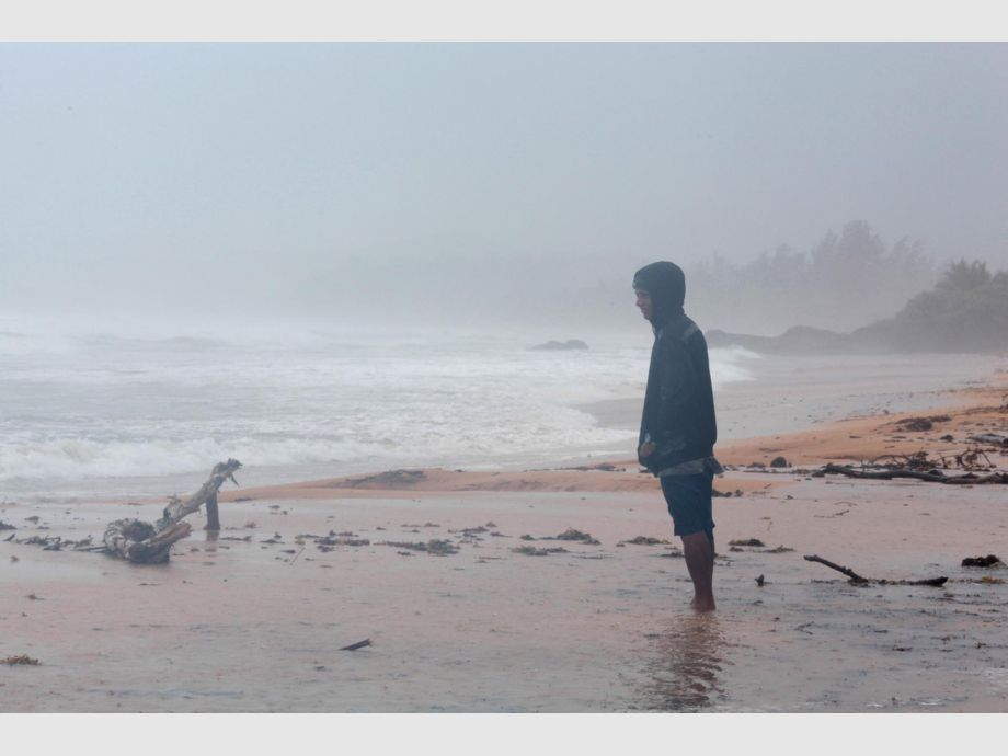 A man stands on the beach in Luquillo as Hurricane Irma slammed across islands in the northern Caribbean - A man stands on the beach as Hurricane Irma slammed across islands in the northern Caribbean on Wednesday, in Luquillo, Puerto Rico September 6, 2017.  REUTERS/Alvin Baez - Huracán Irma