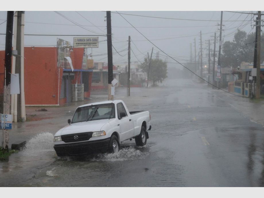A man drives through rain and strong winds during the passage of hurricane Irma, in Fajardo, Puerto Rico, Wednesday, Sept. 6, 2017. The US territory was first to declare a state of emergency las Monday, as the National Hurricane Center forecast that the storm would strike the Island Wednesday. (AP Photo/Carlos Giusti) - PUERTO RICO OUT-NO PUBLICAR EN PUERTO RICO - Huracán Irma