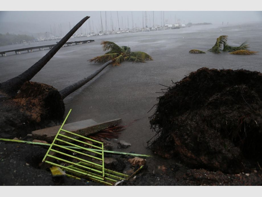 Hurricane Irma Barrels Into Puerto Rico - FAJARDO, PUERTO RICO - SEPTEMBER 06: Debris is seen during a storm surge near the Puerto Chico Harbor during the passing of Hurricane Irma on September 6, 2017 in Fajardo, Puerto Rico. The category 5 storm is expected to pass over Puerto Rico and the Virgin Islands today, and make landfall in Florida by the weekend. (Photo by Jose Jimenez/Getty Images) - Not Released (NR) - Huracán Irma