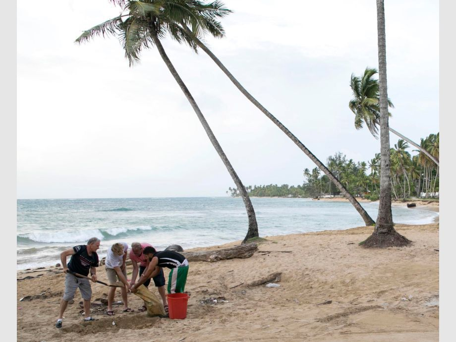 Hurricane Irma Dominican Republic - People make their own sandbags to protect in their homes before the arrival of Hurricane Irma in Las Terrenas, Dominican Republic, Wednesday, Sept. 6, 2017. Dominicans are getting ready for the arrival of Hurricane Irma after battering Puerto Rico with heavy rain and powerful winds, leaving more than 600,000 people without power as authorities struggle to get aid to small Caribbean islands already devastated by the historic storm.(AP Photo/Tatiana Fernandez) - Huracán Irma