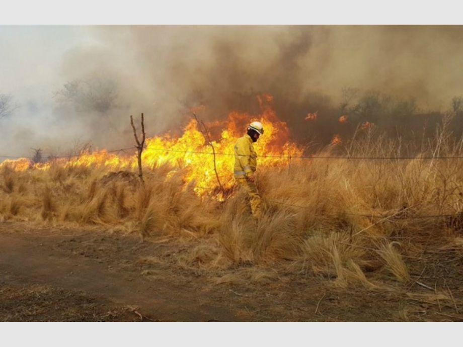 Fuertes vientos complican el combate de cuatro incendios en el Norte de Córdoba