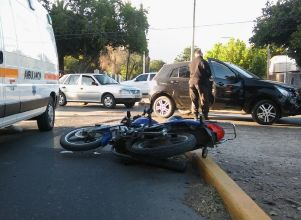 Una motociclista grave al chocar con un auto - Capital Accidente