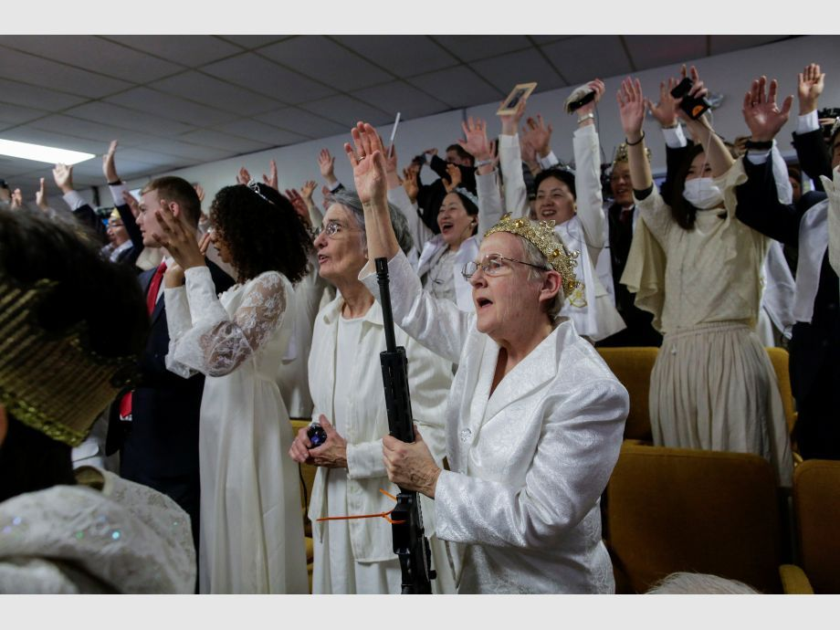 People with their AR-15-style rifles attend a blessing ceremony at the Sanctuary Church in Newfoundland - Estados Unidos