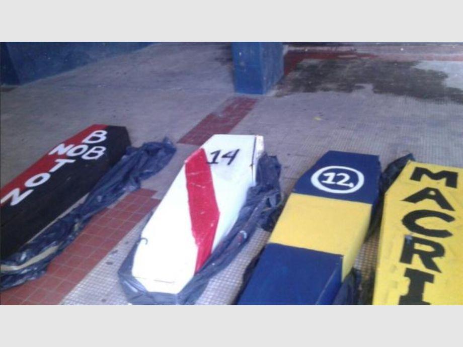 Secuestraron ataúdes contra Boca, River, Newell's y el presidente Macri