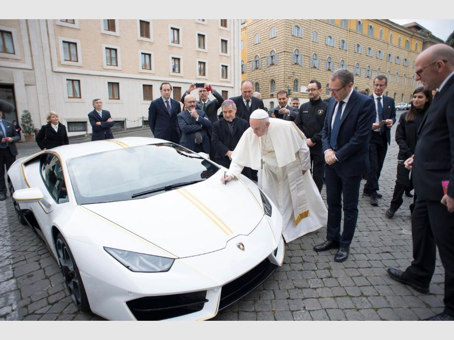 Pope Francis and Lamborghini Huracan - papa Francisco Cinco años del papado de Francisco