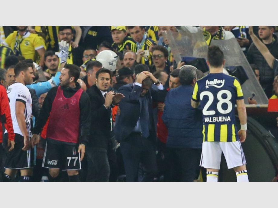 Suspenden partido del Besiktas de Medel por agresión a su técnico