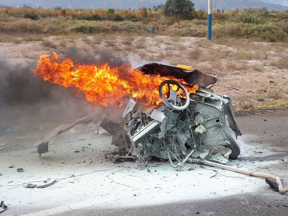 Un auto se partió en dos, se incendió y dejó tres víctimas