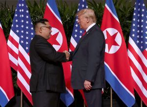 U.S. President Donald Trump shakes hands with North Korean leader Kim Jong Un at the Capella Hotel on Sentosa island in Singapore - Estados Unidos corea del norte