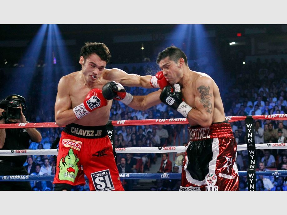 WBC middleweight champion Julio Cesar Chavez Jr. of Mexico fights against Sergio Martinez of Argentina during their title fight at the Thomas & Mack Center in Las Vegas - Boxeo