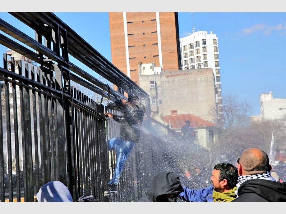 Fue durante una protesta de militantes del astillero Río Santiago.