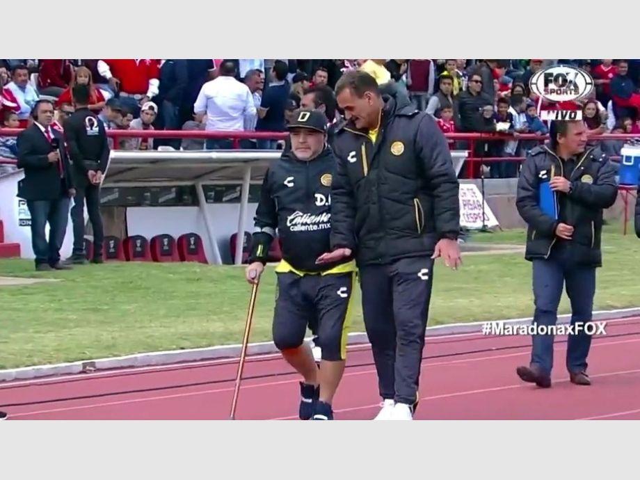 Maradona salió con bastón al partido de Dorados de Sinaloa
