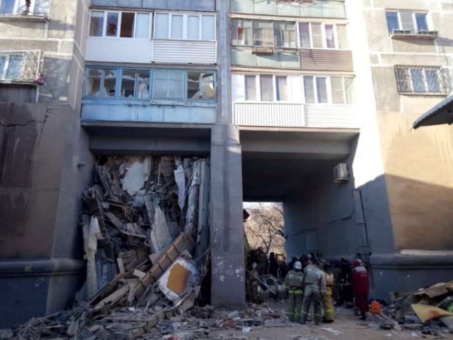 Emergency personnel are seen at the site of collapsed apartment building after a suspected gas blast in Magnitogorsk - 3TP NARCH/NARCH30 - rusia