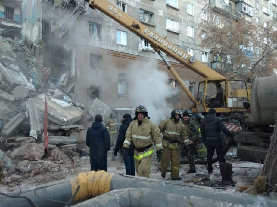 Emergency personnel work at the site of collapsed apartment building after a suspected gas blast in Magnitogorsk - 3TP NARCH/NARCH30 - rusia