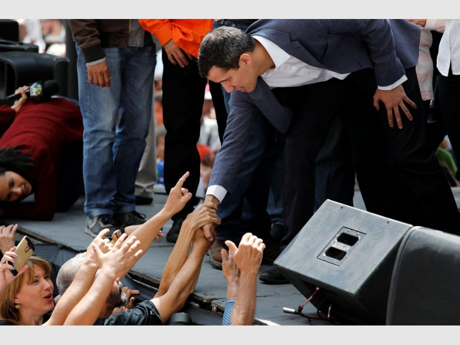 Juan Guaido, President of the Venezuelan National Assembly and lawmaker of the opposition party Popular Will (Voluntad Popular), greets supporters during a gathering in Caracas - Polémica asunción de Maduro en Venezuela