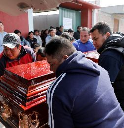 Relatives and friends put the coffin of Cesar Jimenez Brito, 40, who died during the explosion of a fuel pipeline ruptured by suspected oil thieves, into a funeral hearse, in the municipality of Tlahuelilpan - méxico