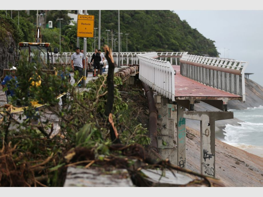 The collapsed area of a cycle lane is pictured after heavy rains near Sao Conrado beach, in Rio de Janeiro - río de janeiro Brasil