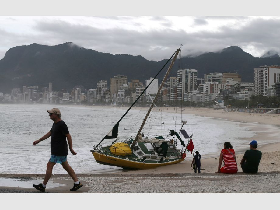 A beached sailboat is seen on Arpoador beach after heavy rains in Rio de Janeiro - río de janeiro Brasil