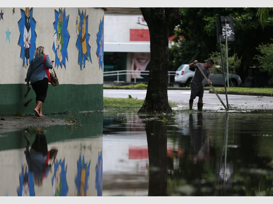 A woman walks on a flooded street after heavy rains in Recreio dos Bandeirantes neighborhood in Rio de Janeiro - río de janeiro Brasil