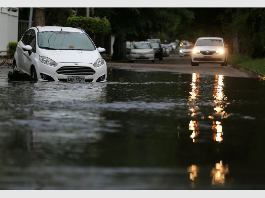 Cars are seen on a flooded street after heavy rains in Recreio dos Bandeirantes neighborhood in Rio de Janeiro - río de janeiro Brasil