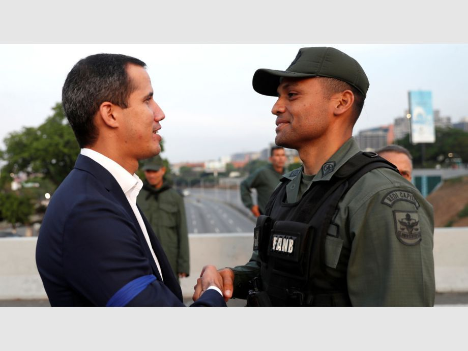 Venezuelan opposition leader Juan Guaido shakes hands with a military member near the Generalisimo Francisco de Miranda Airbase in Caracas - Venezuelan opposition leader Juan Guaido, who many nations have recognised as the country - Crisis en Venezuela
