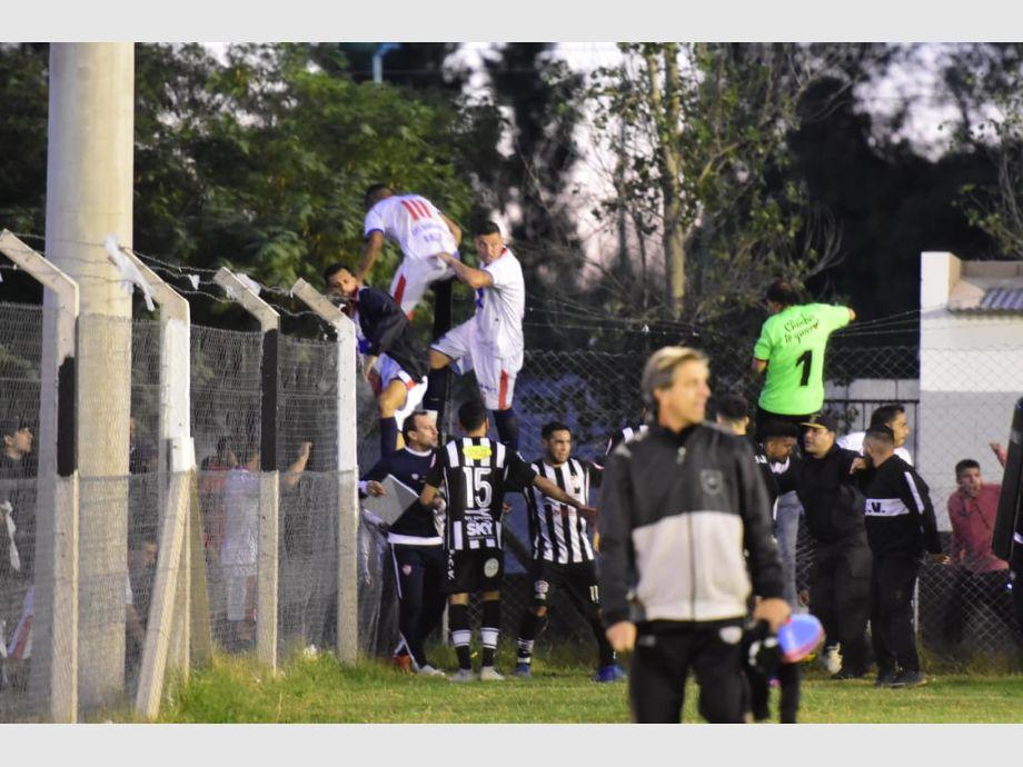 Sangre y descompensación: impactantes imágenes de jugadores de Peñarol en San Luis -