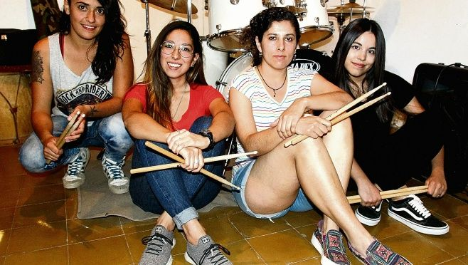 Las primeras bateristas del rock local